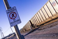 St. Louis, Missouri, Vereinigte Staaten - circa 2015 - Privateigentum kein übertretender Zeichen-Zugyard Verbands-pazifischer Zug Lizenzfreie Stockbilder