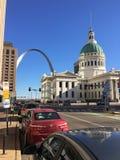 St. Louis Old Courthouse und Bogen stockbild