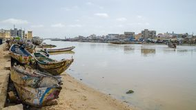 St Louis, Sénégal - 12 octobre 2014 : Bateaux ou pirogues de pêche en bois peints colorés à la côte de St Louis Photo stock