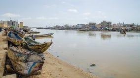 St. Louis, Senegal - 12. Oktober 2014: Bunte gemalte hölzerne Fischerboote oder Pirogues an der Küste von St. Louis Stockfoto