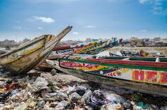 St. Louis, Senegal - 12. Oktober 2014: Bunte gemalte hölzerne Fischerboote oder Pirogues an der Küste von St. Louis Lizenzfreies Stockfoto