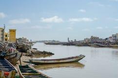 St. Louis, Senegal - 12. Oktober 2014: Bunte gemalte hölzerne Fischerboote oder Pirogues an der Küste von St. Louis Lizenzfreies Stockbild