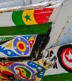 St. Louis, Senegal - 12. Oktober 2014: Bunte gemalte hölzerne Fischerboote oder Pirogues an der Küste von St. Louis Lizenzfreie Stockfotos