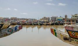 St. Louis, Senegal - 12. Oktober 2014: Bunte gemalte hölzerne Fischerboote oder Pirogues an der Küste von St. Louis Stockfotografie