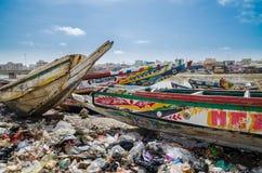 St.Louis, Senegal - Oktober 12, 2014: Kleurrijke geschilderde houten vissersboten of pirogues bij kust van St.Louis Royalty-vrije Stock Foto