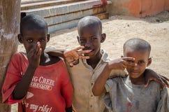 St.Louis, Senegal - Oktober 14, 2013: Portret van drie niet geïdentificeerde jonge Afrikaanse jongens die met hun handen stellen royalty-vrije stock foto's