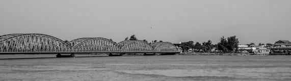 St.Louis, Senegal - Oktober 14, 2013: Zwart-wit panorama die van die Faidherbe-Brug de Rivier van Senegal overspannen in 1897 wor stock foto
