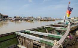 St. Louis, Senegal - 12 ottobre 2014: Peschereccio di legno dipinto variopinto o piroga con la bandiera tedesca alla costa Fotografia Stock