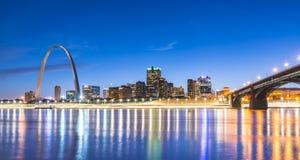 St Louis skyskrapa på natten med reflexion i floden, St Louis arkivfoton