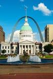 St.- Louiskommunikationsrechner-Bogen und Gerichtsgebäude stockfotografie