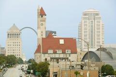 St.- Louisskyline unten Markt-Straße mit Ansicht des Zugangs-Bogens und der Verbands-Station, Missouri Stockbild