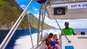 St Lucia, as Caraíbas - 12 de maio de 2016: Catamarã perto de uma praia bonita Foto de Stock