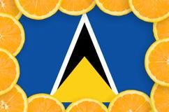 St Lucia flagga i ny citrusfruktskivaram arkivfoton