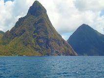 St. Lucia Pitons vom Meer stockbilder