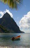 St. Lucia van Soufriere de rotshaak bereikt vissersboot een hoogtepunt stock foto