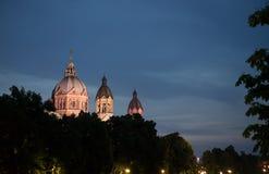 St Lukas kościół przy nocą obraz stock