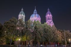 St Luke Church cerca del río y del puente de Wehrsteg, Munich, Alemania de Isar foto de archivo