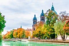 St Luke Church dal fiume di Isar a Monaco di Baviera fotografia stock