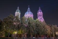St Luke Church nära den Isar floden och den Wehrsteg bron, Munich, Tyskland arkivfoto