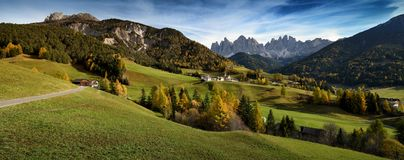 St Magdalena del villaggio davanti ai picchi di montagna delle dolomia di Odle o di Geisler Valle di Val di Funes in Italia Fotografia Stock