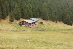 St MAGDALENA, ITALIA - 16 SETTEMBRE 2015: Scena rurale da un rifugio con i pannelli fotovoltaici in un pascolo della montagna in  Fotografia Stock