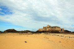 St. Malo, Fort in der Ebbe Brittany France stockbild
