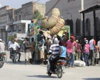 St Marc, Haiti 22 febbraio 2013 Back end di un camion caricato fotografia stock