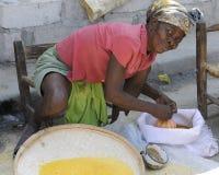 ST MARC, HAITI - 22. FEBRUAR 2013.  Ein haitianisches Verkäuferschauen Lizenzfreie Stockfotos