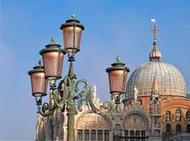 St Marco a Venezia con le lampade ed il cielo blu immagine stock