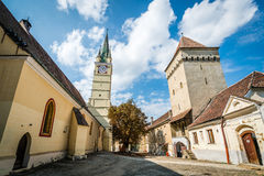 Церковь St Margaret и башня в средствах, Румыния Steingasser стоковые фотографии rf