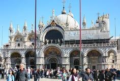 St Mark Basilica och turister på piazza San Marco Royaltyfria Foton