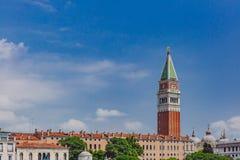 St Mark Dzwonkowy wierza nad Weneccy domy w Wenecja, Włochy fotografia stock