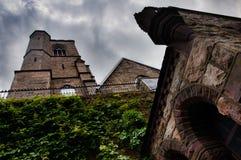 St Mark & Johns episkopalkyrkan som lokaliseras i Jim Thorpe, Pennsylvania, med mörka moln som hägrar över huvudet royaltyfri fotografi