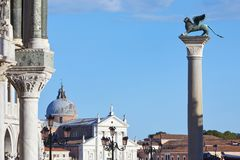 St Mark påskyndade lejonstatyn på kolonn i Venedig, Italien royaltyfri fotografi