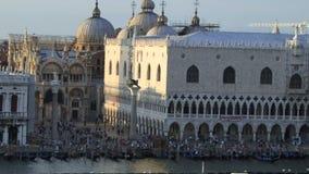 St- Mark` s Antenne Quadrat-Venedigs Italien genommen vom Kreuzschiff stock footage