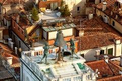 St- Mark` s Clocktower in Venedig, Italien lizenzfreie stockfotografie