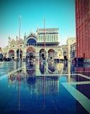 St Mark Square di Venezia con alta marea e la basilica Fotografia Stock