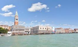 St markerar basilicaen och sätta en klocka på står hög i Venedig, Italien Arkivfoto