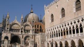 St markerar basilikan och gör undanflykter slotten Arkivbild