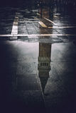 St. markiert Glockenturmreflexion in einer Pfütze Stockfotos