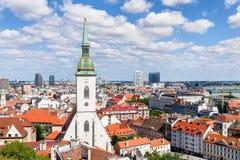 St Martinkerk met panorama van Bratislava, Slowakije Stock Afbeeldingen