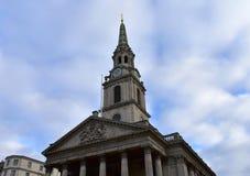 St Martin dans l'église de champs de Trafalgar Square Façade et tour néoclassiques avec l'horloge de flèche, bleue et d'or Londre image stock