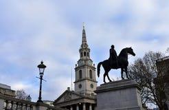 St Martin nos campos igreja e Trafalgar Square com a estátua equestre de George IV Londres, Reino Unido fotografia de stock