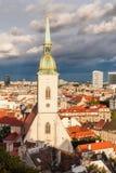 St Martin 's kathedraal in Bratislava met stormachtige wolken in rug Royalty-vrije Stock Foto's
