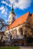 St Martin ` s kathedraal in Bratislava op de herfst zonnige dag Stock Foto