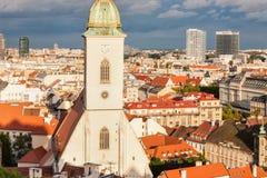 St Martin ' s kathedraal in Bratislava met stormachtige wolken in rug Royalty-vrije Stock Foto's