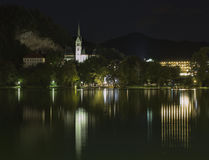 St Martins Parish Church pendant la nuit sur le lac Bled Images stock