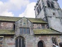 St Mary's教区教堂和校舍下面的Alderley的彻斯特 免版税库存图片