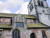 St Mary's教区教堂和校舍下面的Alderley的彻斯特 免版税库存照片