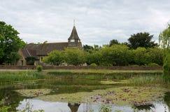 St Mary церковь девственницы Пруд деревни Buckland, Суррей r стоковые изображения rf
